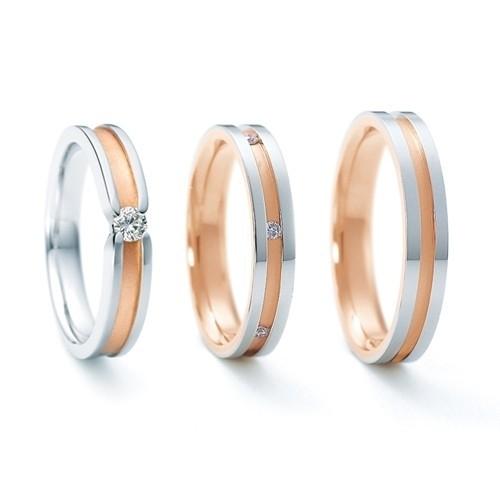 【ジュエリーネモト】 NINA RICCI・左 6RM0003 中 6RM905 右 6RL920 結婚指輪 結婚指輪(女性用):¥105,840(税込) 結婚指輪(男性用):¥78,840(税込) 婚約指輪:¥207,360(税込) ピンクゴールドのラインがマットに仕上げられ、プラチナとの色のコントラストが美しい人気のステーションタイプです。 左:Pt900 K18PG Dia \207,360 中:Pt900 K18PG Dia \105,840 右:Pt900 K18PG \78,840