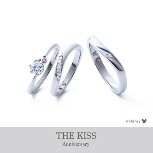 【ジュエリーネモト】Disney Collection THE KISS Anniversary 結婚指輪 結婚指輪(女性用):¥124,200(税込) ~ 結婚指輪(男性用):¥118,800(税込) ~ 代表モデル型番:L'S:DI-6064501220(ER) ETERNAL HEART L'S:DI-7061104532 M'S:DI-7061104542 シンプルですが遊び心満載で、ミッキーをモチーフしたマークがあしらわれているリングデザインもあります。リングの内側には、ミッキーモチーフの中心にお互いのバースデーストーンがセットできます。ディズニーが好きな二人にオススメのリングです。