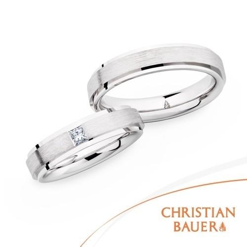 【ジュエリーネモト】CHRISTIAN BAUER・241180-273493 結婚指輪 結婚指輪(女性用):¥339,120(税込) ~ 結婚指輪(男性用):¥252,720(税込) ~ L'S:241180 M'S:273493 スタイリッシュなフォルム。質実剛健でありながら、飽きのこない存在するだけで美しい曲線。 バウワー独自の鍛造製法により耐久性に優れたリングであり、その高さは二人の絆を表すかのよう。指を通した時に感じる付け心地は柔らかく、生涯身に付けるリングとして最も適していています。 使用されているマテリアルを選ぶこともできますので、お二人だけのリングをお選びください。 【取り扱い店舗】水戸本店